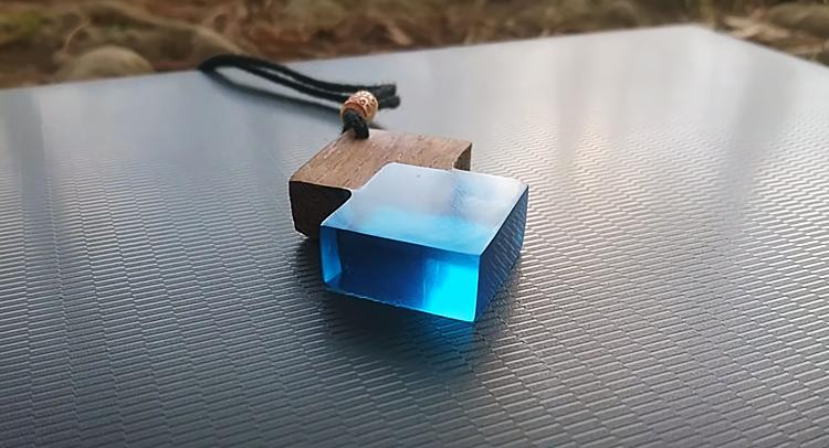 Кулон с голубой эпоксидной смолой